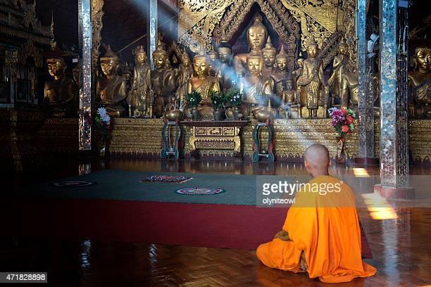 Mönch im Gebet im Tempel Hall