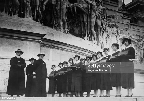Monseigneur Bartolomassi chef des aumôniers militaires procède à la bénédiction des alliances en acier que des jeunes filles lui présentent dans des...