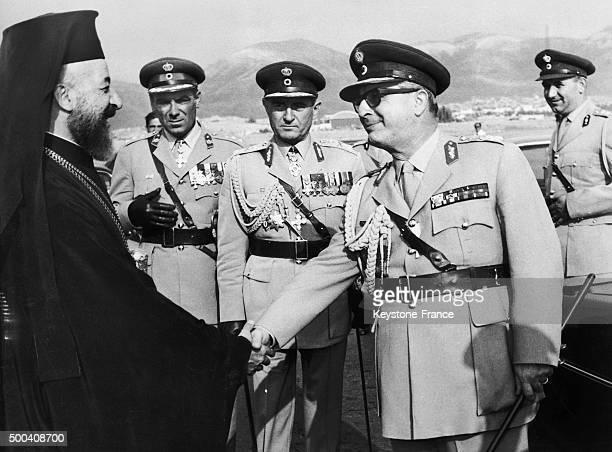 Monseigneur Makarios III president de la republique de Chypre est accueilli a son arrivee a l'aeroport d'Athenes par le general grec Georgios...