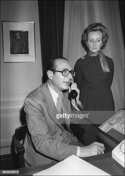 Monsieur Jacques Chirac dans son bureau du siège du RPR rue de Lille à Paris apprend par téléphone le 21 mars 1977 le succès de sa liste à la mairie...