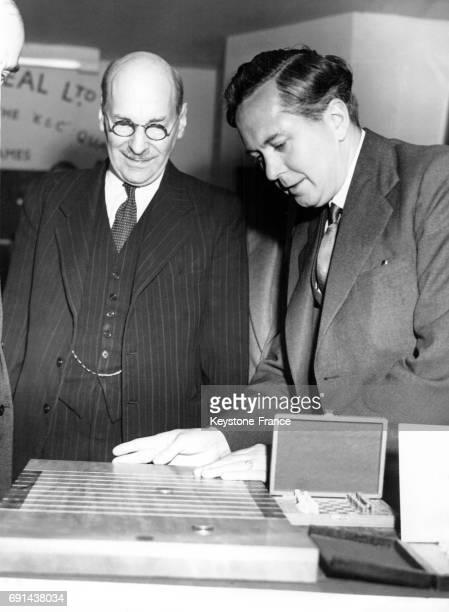 Monsieur Wilson Président de la Chambre de commerce joue au shove halfpenny sous le regard attentif du Premier ministre Clement Attlee à Londres...