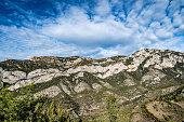 Montañas rocosas cerca de los pre pirineos en Catalunya donde anidan varias especies de buitre.