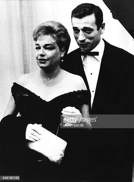 Montand Yves * Schauspieler Chansonnier Frankreich mit Ehefrau Simone Signoret beide in Abendgarderobe 1960