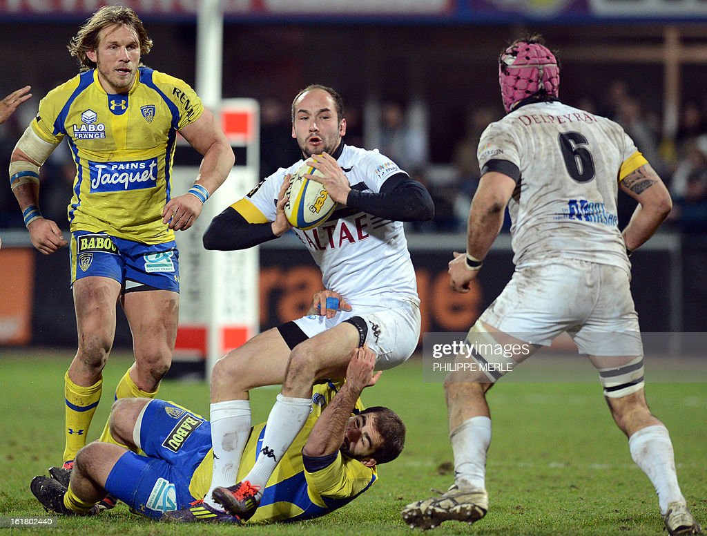 Mont-de-Marsan's French full back Yohan Durquet (C) tries to pas the ball during the French Top 14 rugby union match between Clermont-Ferrand and Mont-de-Marsan on February 16, 2013 at the Marcel Michelin stadium in Clermont-Ferrand.