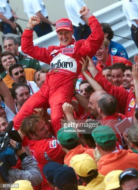 MONACO 2001 Monte Carlo SIEGER Michael SCHUMACHER/GER FERRARI mit dem Team