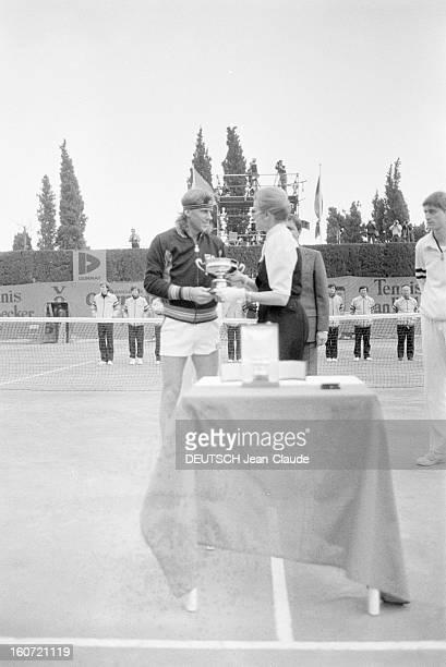 Montecarlo Tennis Tournament 1980 En mai 1980 à MonteCarlo finale du tournoi de tennis Sur le court la princesse GRACE remet le trophée à Bjorn BORG
