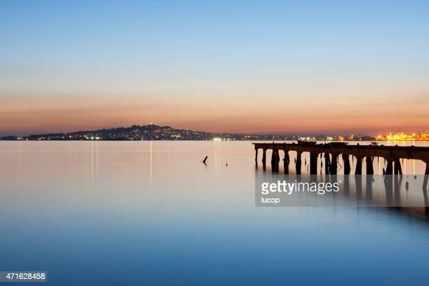 Port de Montevideo la ville de la baie au crépuscule avec jetée