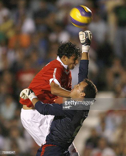 Jarley of Internacional and Nacional 's goalie Alexis Viera vie for the ball 21 February 2007 during their Libertadores Cup football match in...