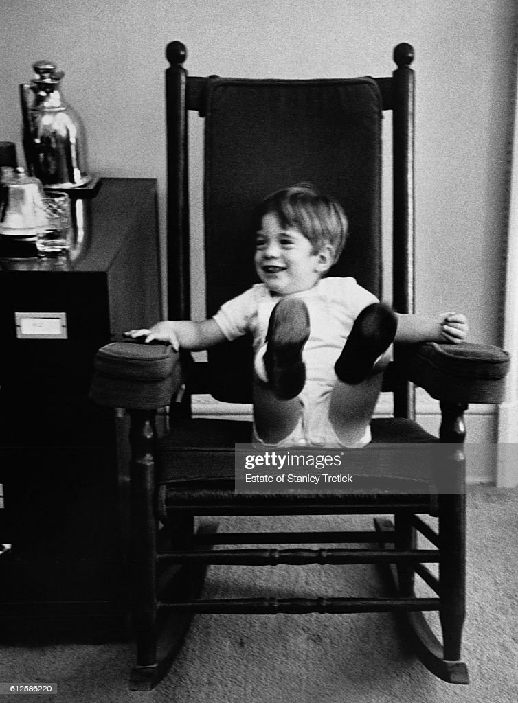 A month before his assassination in Dallas, John F. Kennedy, who had started to prepare the 1964 presidential campaign, invited the photographer Stanley Tretick to the White House for a series of photographs with his son John Jr., taking advantage of Jackie's absence, who protected her children from the media. Pictured, John Kennedy Jr.tries out his father's famous rocking chair.