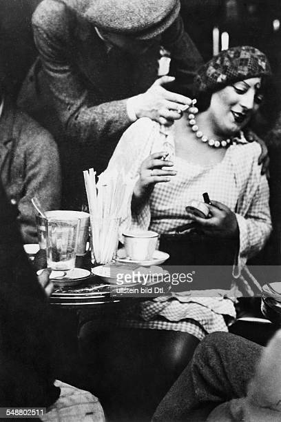 Montparnasse Kiki de Singer Actress Painter Model France * nee Alice Prin in the Cafe du Dome in Paris 1929 Published by 'Tempo' Vintage property of...