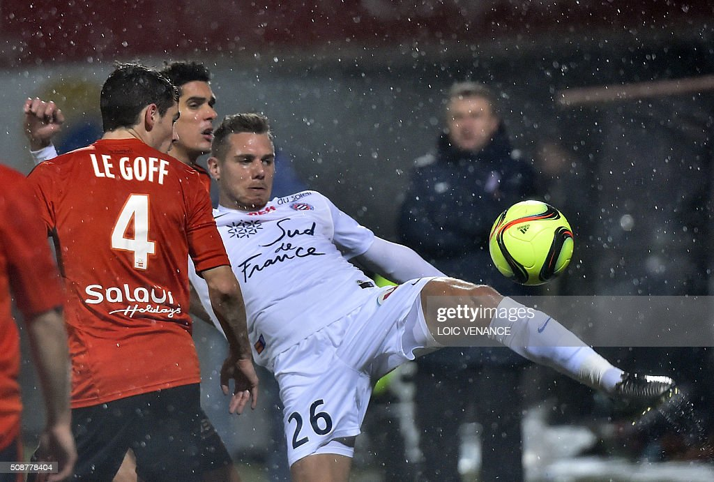 Montpellier's French forward Kevin Berigaud (R) vies with Lorient's French defender Francois Bellugou (C) during the French L1 football match between Lorient and Montpellier on February 6, 2016 at the Moustoir stadium in Lorient, western France. AFP PHOTO / LOIC VENANCE / AFP / LOIC VENANCE