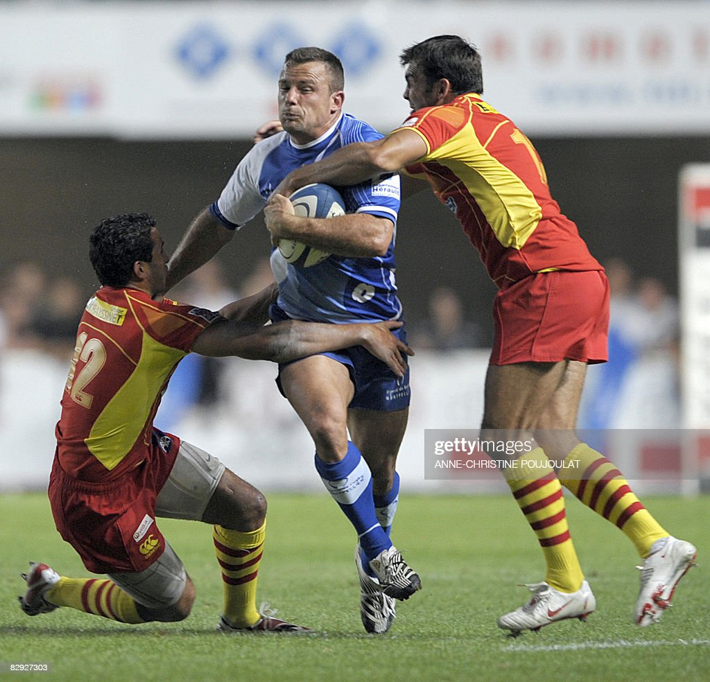 Montpellier's French Frikkie Welsh runs with the ball next to Perpignan's Maxime Mermoz during the French Top 14 rugby union match Montpellier vs...