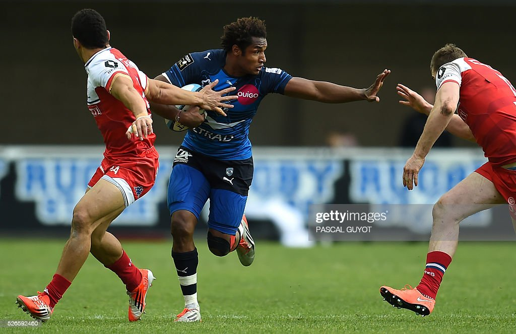 Montpellier's French fullback Benjamin Fall (C) runs with the ball during the French Top 14 rugby union match between Montpellier and Grenoble on April 30, 2016 at the Altrad stadium in Montpellier, southern France.