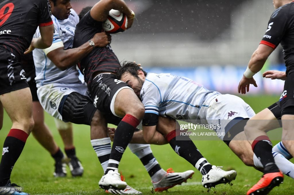 Montpellier's French fullback Joffrey Michel (R) fights for the ball during the French Top 14 rugby union match between Lyon (LOU) and Montpellier (MHR) on March 5, 2017, at the Gerland stadium, in Lyon, central eastern France. /