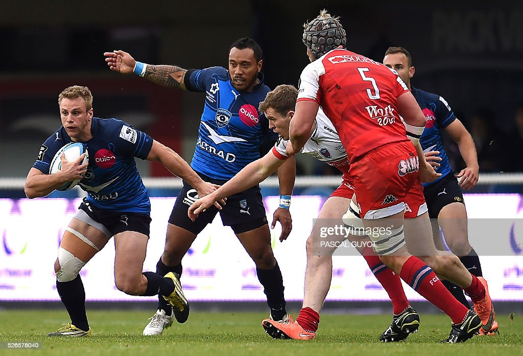 Montpellier's French winger Marvin O'Connor (L) runs with the ball during the French Top 14 rugby union match between Montpellier and Grenoble on April 30, 2016 at the Altrad stadium in Montpellier, southern France.