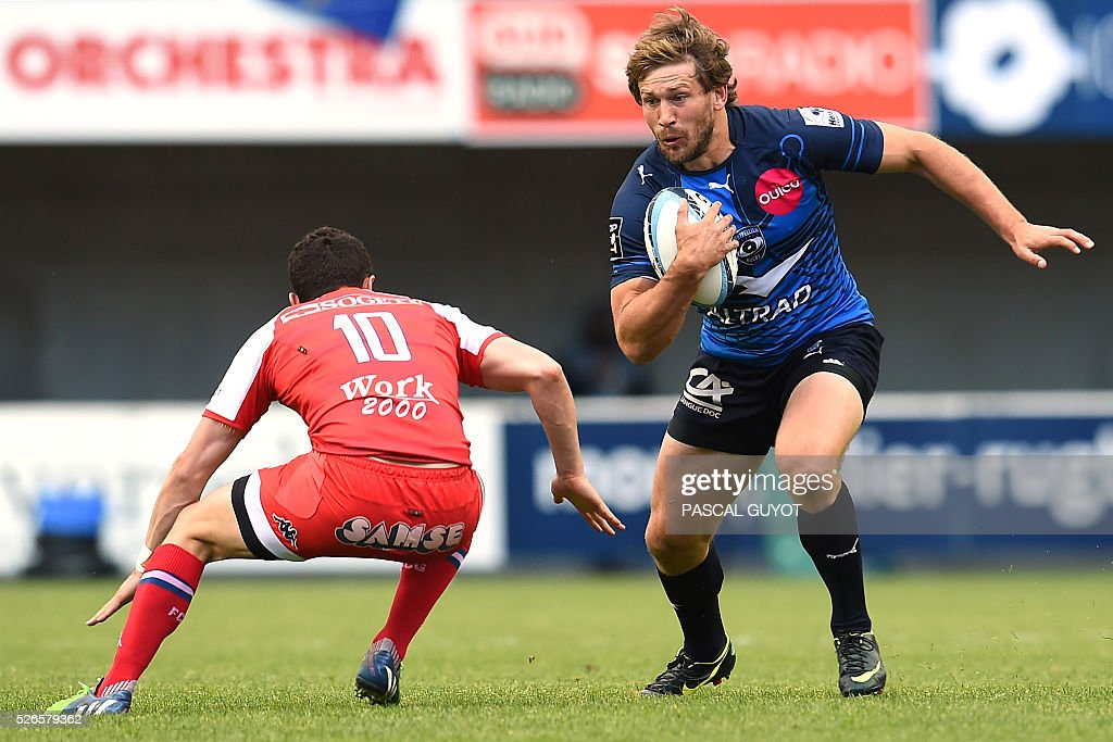 Montpellier's South African fullback Fran��ois Steyn (C) vies with Grenoble's French centre Armand Batlle (L) during the French Top 14 rugby union match between Montpellier and Grenoble on April 30, 2016 at the Altrad stadium in Montpellier, southern France.