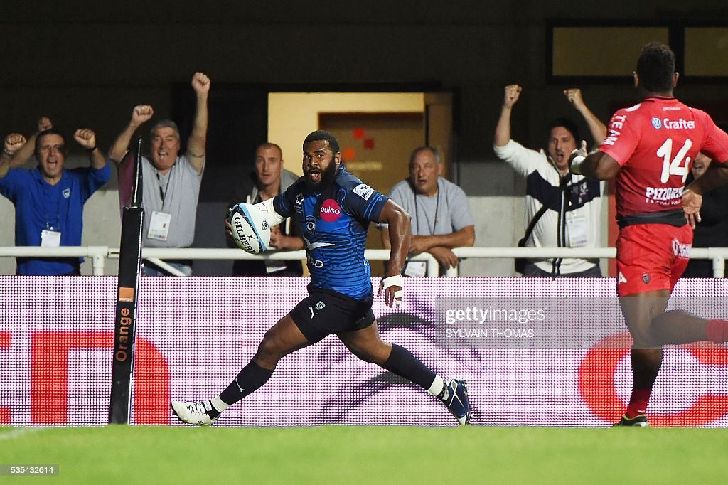 Montpellier's Timoci Nagusa (C) runs with the ball during the French Top 14 rugby Union match Montpellier vs Toulon, on May 29, 2016, at the Altrad stadium, in the French southern city of Montpellier.