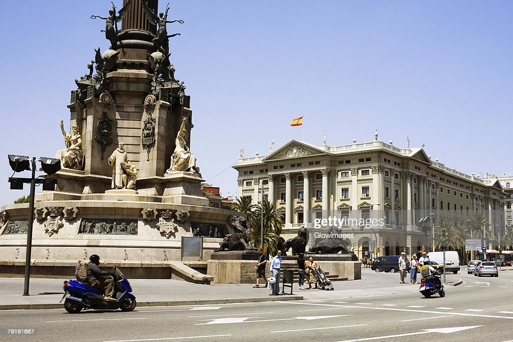 Monument in front of a building, Christopher Columbus, Barcelona, Spain : Foto de stock