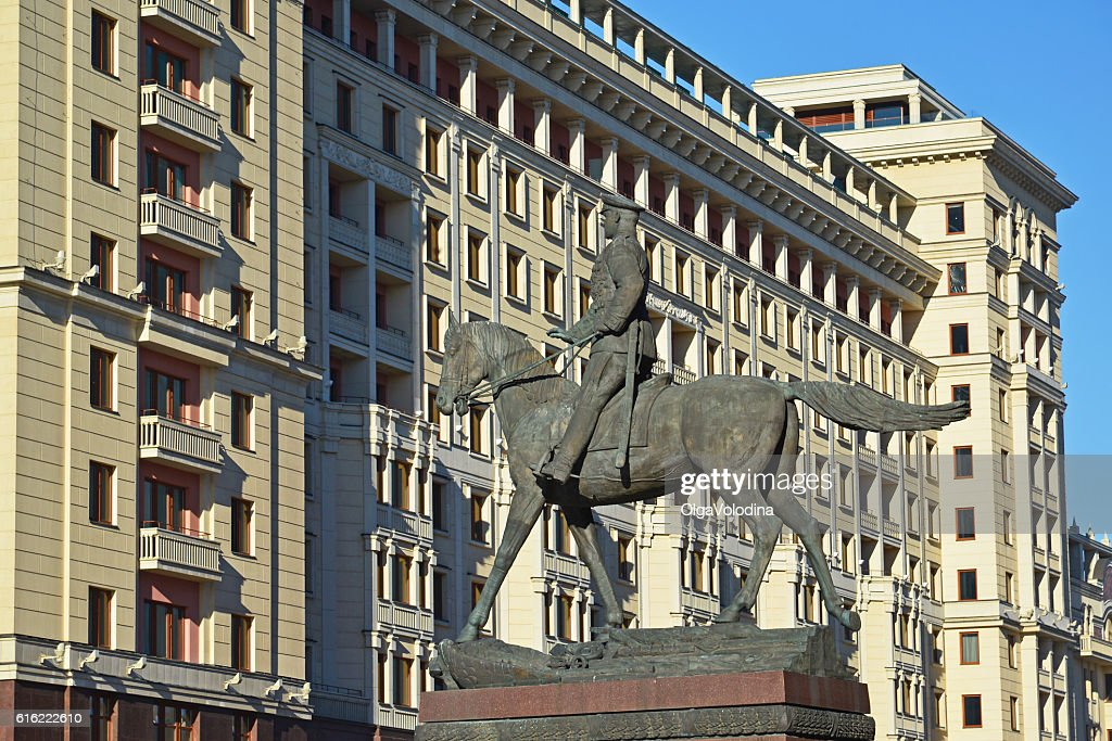 monument to Marshal Zhukov on  background of  Four Seasons hotel : Stock-Foto