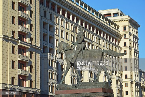 monument to Marshal Zhukov on  background of  Four Seasons hotel : Bildbanksbilder