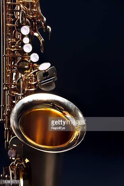 Moody blues: Sassofono con blu scuro con spazio di copia