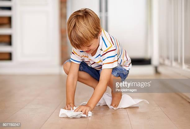 Lavando i pavimenti prima di mamma va qui