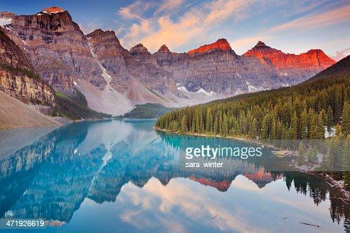 Lago Moraine all'alba, Parco Nazionale di Banff, Canada : Foto stock