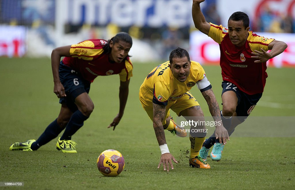 Morelia's defender Joel Huiqui (R) and teammate Francisco Torres try to stop America's forward Daniel Montenegro (C) during their quarterfinal football match of the 2012 Mexican Apertura tournament at the Azteca stadium in Mexico City, on November 17, 2012. AFP PHOTO/ YURI CORTEZ