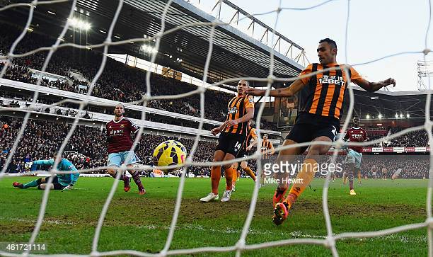 Morgan Amalfitano of West Ham United beats goalkeeper Allan McGregor and defender Ahmed Elmohamady of Hull City to score their second goal during the...