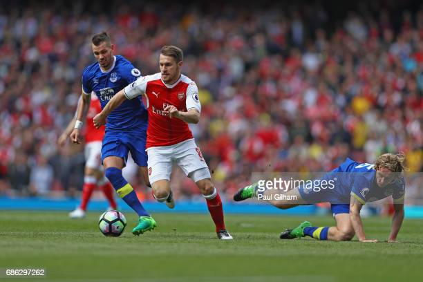 Morgan Schneiderlin of Everton and Tom Davies of Everton close down Aaron Ramsey of Arsenal during the Premier League match between Arsenal and...