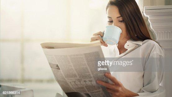 Mattina caffè e quotidiani.