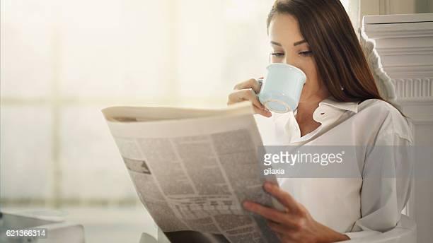 Café por la mañana y de los periódicos.