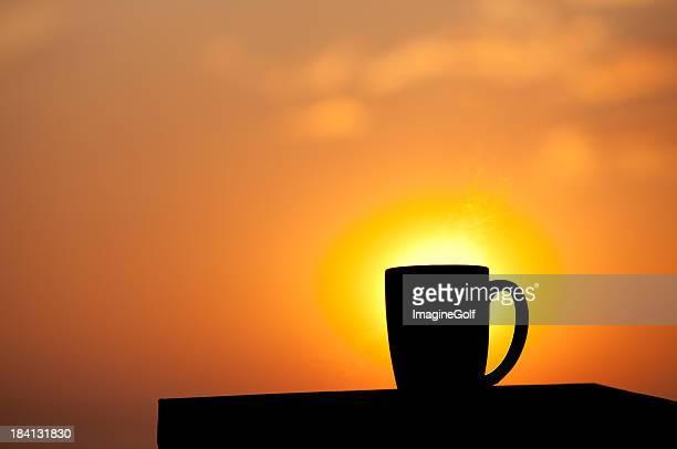 Silueta de una taza de café por la mañana