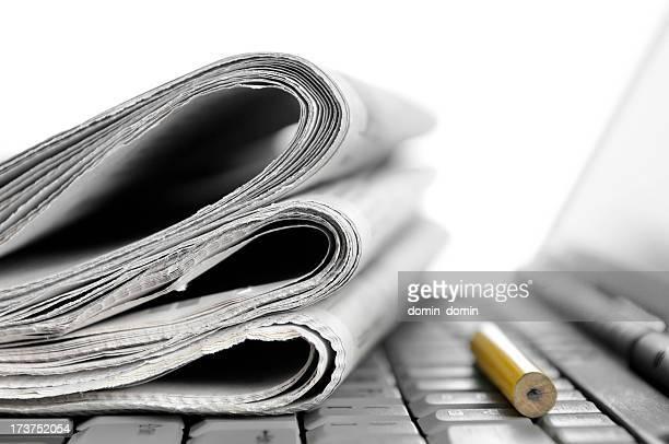 Morning news, gefaltet Zeitungen liegen auf laptop, gelbe Bleistift