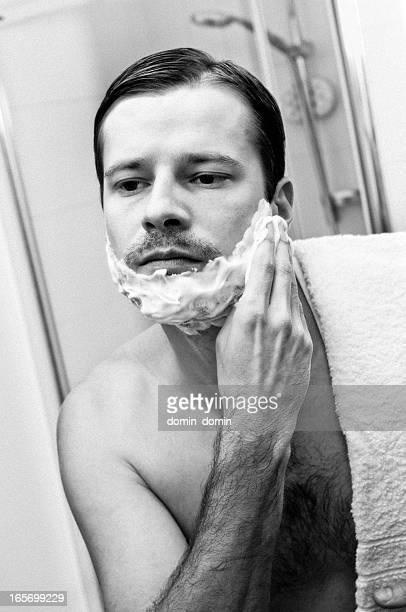 Morgen Rasur, Mann, Blick in den Badezimmerspiegel Auftragen Rasieren-Schaum