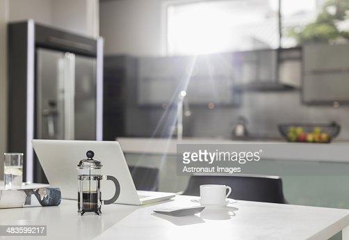 Soleil du matin brille sur un ordinateur portable dans la cuisine photo get - Soleil dans la cuisine ...