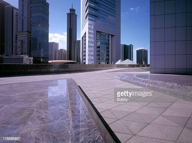 Sol de la mañana que sobrepasemos el distrito financiero de la ciudad de Dubai