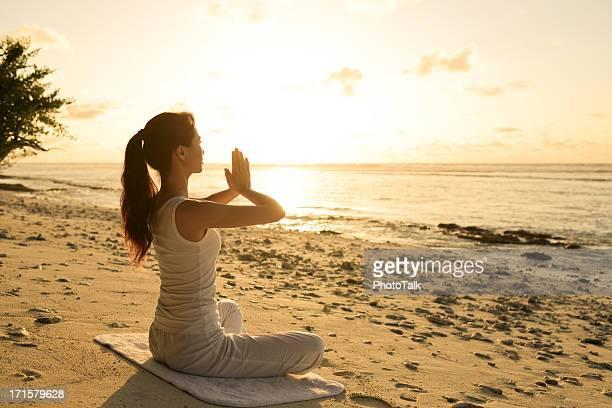 Du Yoga sur la plage