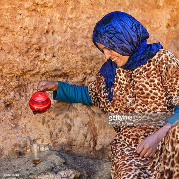 Moroccan fille préparant Maghrebi thé à la menthe.