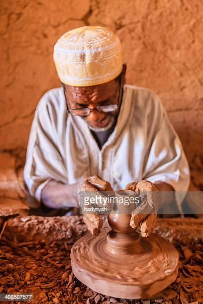 Marocchina potter lavora nel suo laboratorio