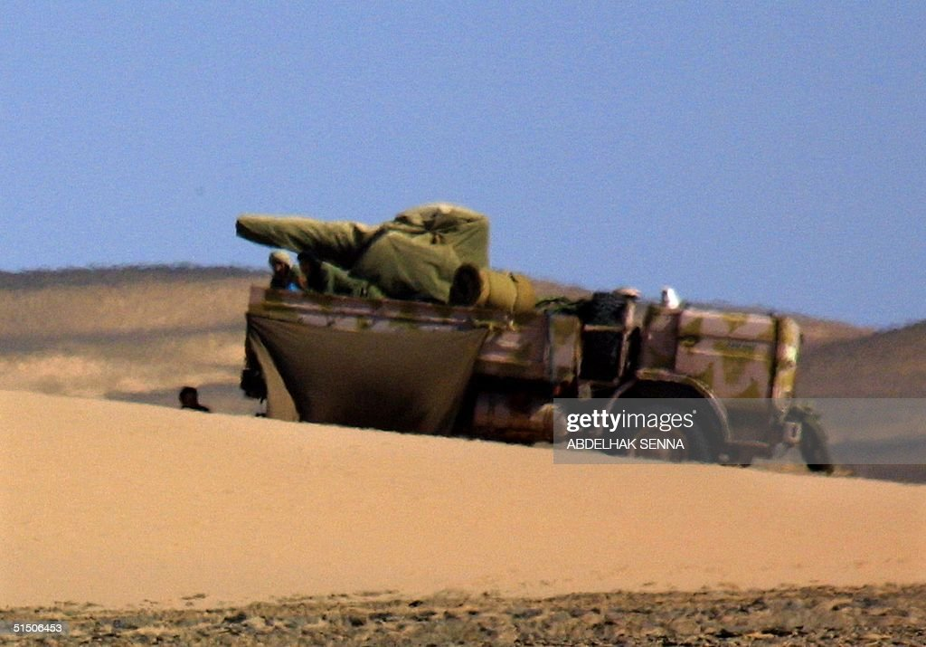 Le conflit armé du sahara marocain - Page 8 Moroccan-troops-guard-the-route-in-smara-in-the-western-sahara-of-the-picture-id51506453
