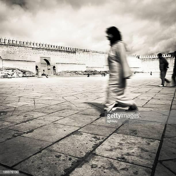 Moroccan femme de traverser une place