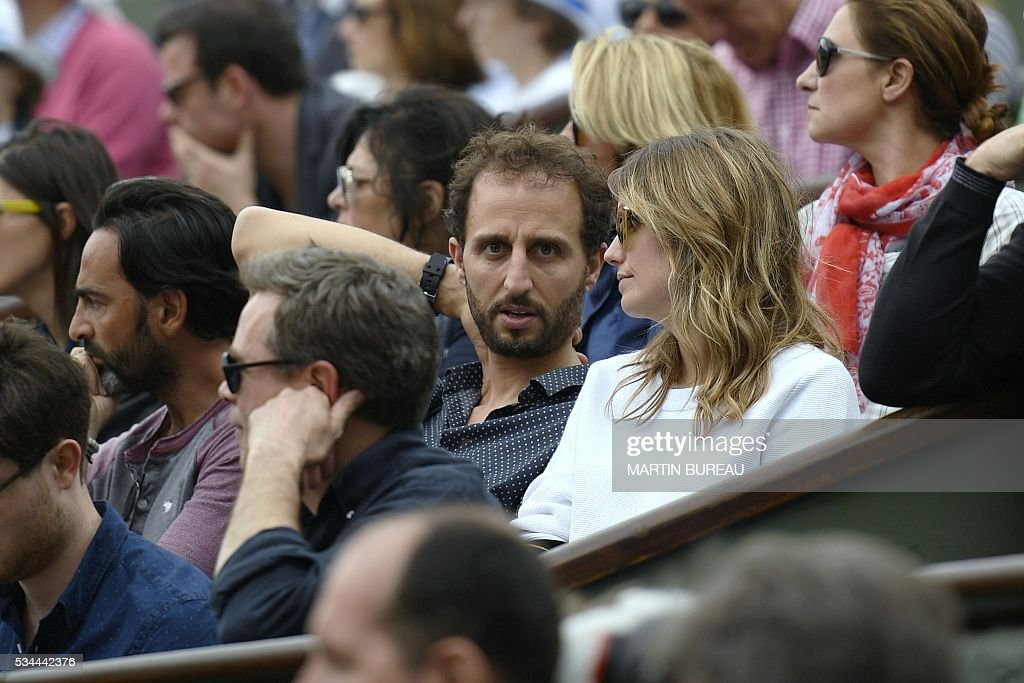 Moroccan-French actor Arie Elmaleh (C) attends the men's second round match between France's Jo-Wilfried Tsonga and Cyprus' Marcos Baghdatis at the Roland Garros 2016 French Tennis Open in Paris on May 26, 2016. / AFP / Martin BUREAU