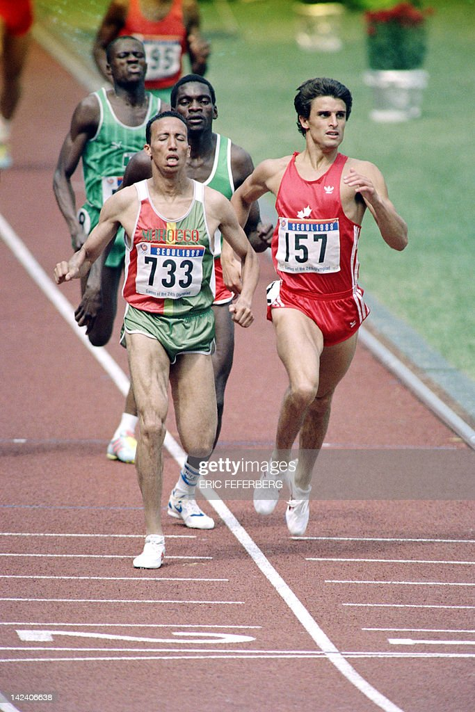 Morocco Said Aouita beats Canadian Simon Hoogewerf during the Men 800m finals JO athletics event on September 26 1988 at the Olympic stadium of Seoul