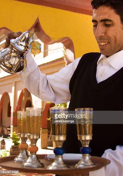 Maroc Service à thé : Serveuse servir du thé en avez envie de verres