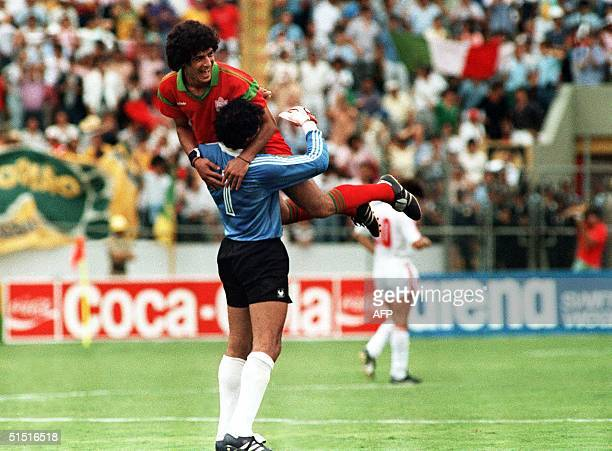 Morocco's goal keeper Badou Zaki jubilates with Mustapha Biaz after their team qualified 11 June 1986 in Guadalajara during the soccer match between...