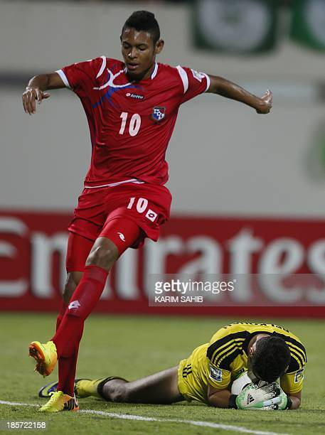 Morocco's goalkeeper Oussayd Belkouch catches the ball in front of Panama's Ismael Diaz during the FIFA U17 World Cup UAE 2013 football match Morocco...