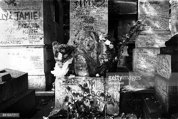 Morrison Jim *Musiker Frontmann der Gruppe 'The Doors' USA Grab auf dem Friedhof 'Pere Lachaise' in Paris 1985