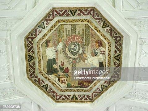 Mosaic on ceiling of 'Belorusskaya' metro station, Moscow, Russia : Foto de stock