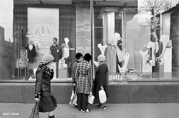 Moscovite devant la vitrine d'un magasin à Moscou Russie en avril 1977
